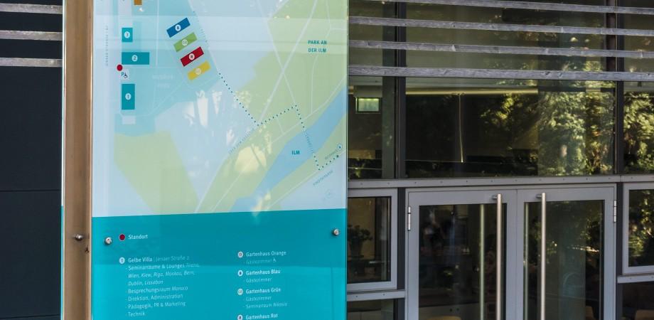 EJBW Leitsystem im Außenraum · Kartenstele · Goldwiege