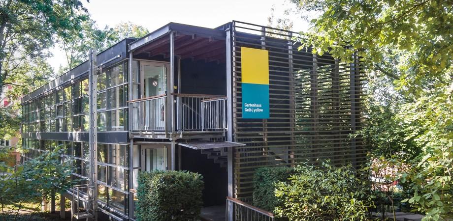 EJBW Leitsystem im Außenraum · Gartenhaus Gelb · Goldwiege
