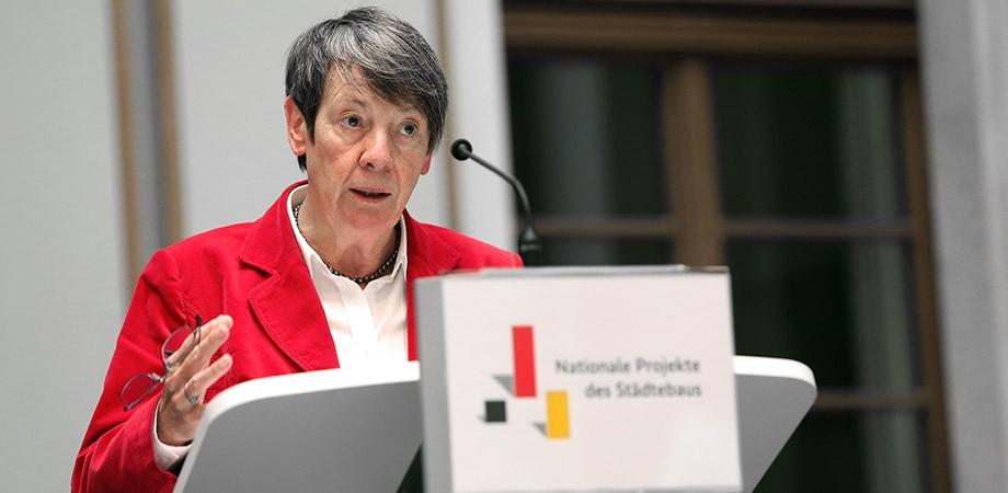 Bundesministerin Hendricks bei der Preisvergabe 2015– die Wort-Bild-Marke des Projektes stammt von Goldwiege
