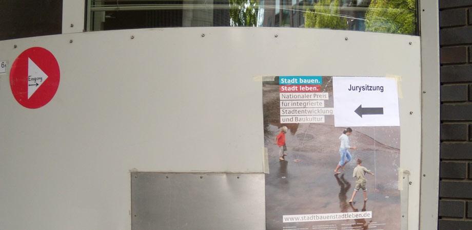 Hinweisschild zur Jurysitzung »Stadt bauen. Stadt leben.«